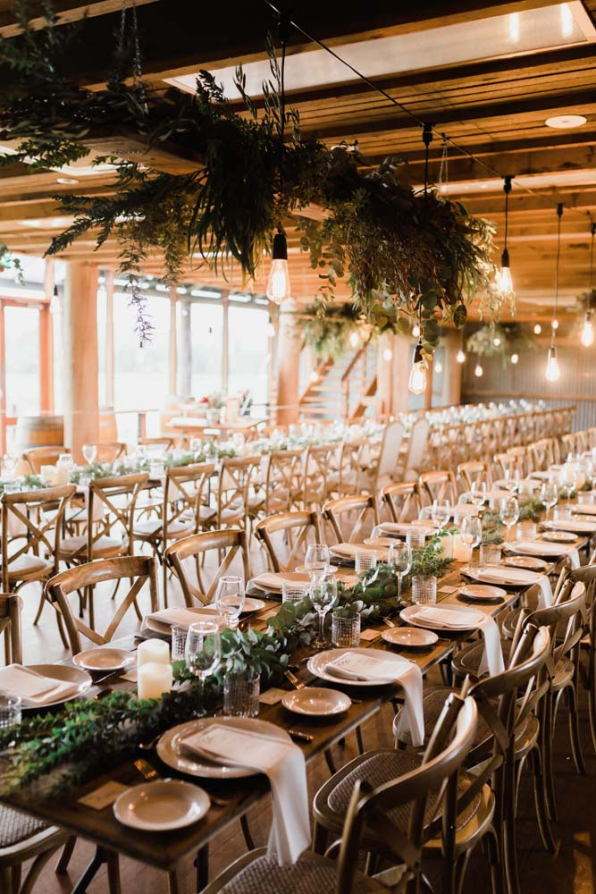 bröllopsdukning med gröna växter och neutrala färger