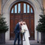Bruden och brudgummen pussas efter bröllopet