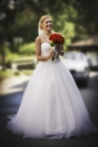 Bruden i sin brudklänning med rosor på bröllopet