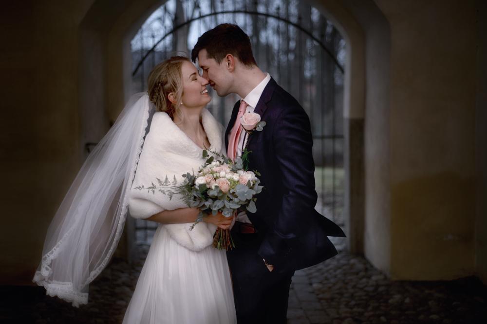 Bröllopsfotografering med brudbukett och slöja