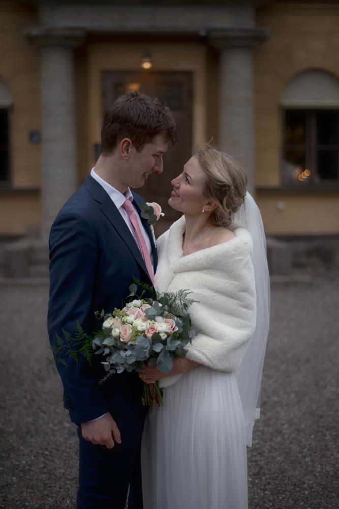 Bröllopsfotografering med brudbukett innan bröllopet
